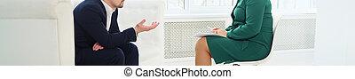 Un empresario sin cara sentado en el sofá hablando con un psicólogo