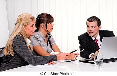 Un equipo exitoso en una reunión en la oficina