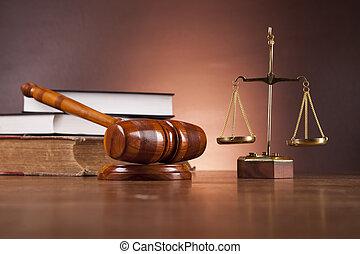 Un escritorio de madera en una firma de abogados