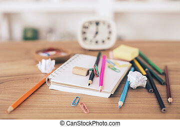 Un escritorio desordenado