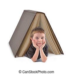 Un estudiante de educación bajo un gran libro