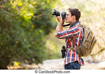 Un excursionista tomando fotos en la montaña