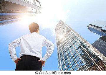 Un exitoso hombre de negocios al aire libre al lado del edificio de oficinas