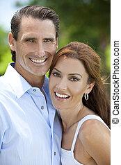 Un exitoso y feliz hombre de mediana edad y mujer pareja fuera