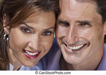 Un exitoso y feliz retrato de pareja