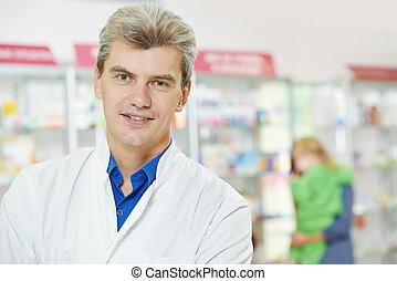 Un farmacéutico seguro en la farmacia