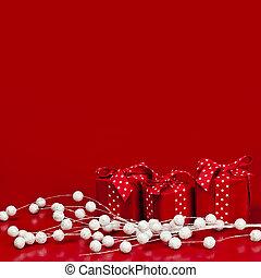 Un fondo de Navidad rojo con cajas de regalos