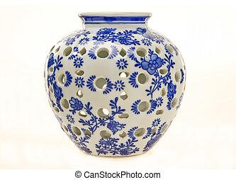 Un frasco de cerámica azul y blanco