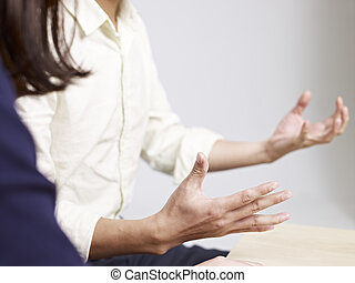 Un gesto de mano de un joven que habla