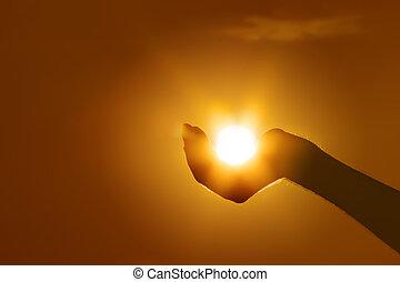 Un gesto de sol a mano