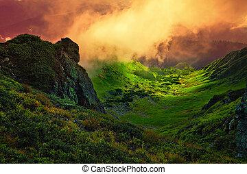 Un gigante de piedra abstracto y niebla sobre el valle de montaña