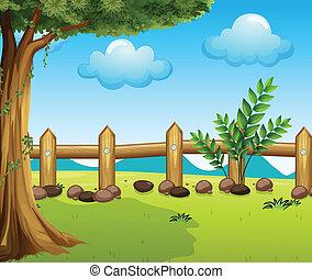 Un gran árbol dentro de una cerca