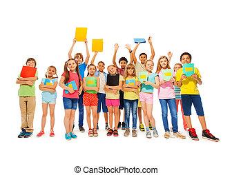 Un gran grupo de escolares con cuadernos
