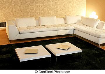 Un gran sofá blanco
