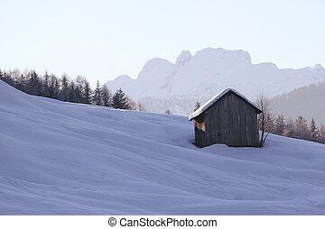 Un granero en la escena del invierno.