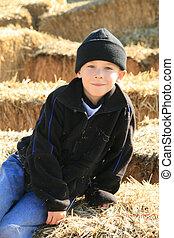 Un granjero de 6 años en el heno