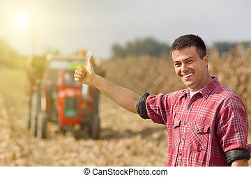 Un granjero satisfecho en el campo