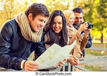 Un grupo de amigos con mapa y cámara al aire libre