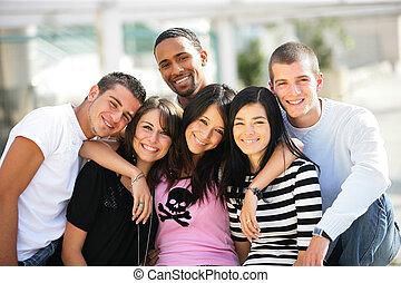 Un grupo de amigos jóvenes en la ciudad