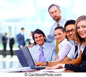 Un grupo de colegas de negocios felices en una reunión juntos en la oficina
