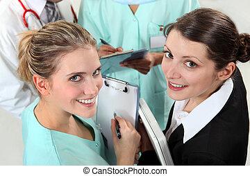 Un grupo de enfermeras jóvenes
