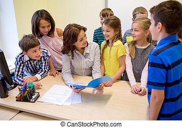 Un grupo de escolares con maestros en clase