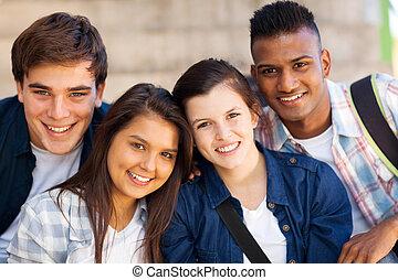 Un grupo de estudiantes adolescentes