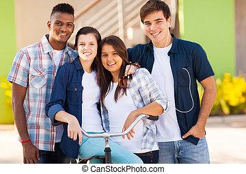 Un grupo de estudiantes al aire libre