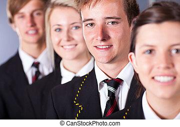 Un grupo de estudiantes con uniforme