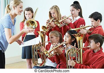 Un grupo de estudiantes tocando juntos en la orquesta escolar