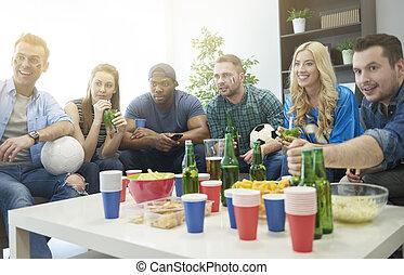 Un grupo de gente animando al equipo deportivo favorito