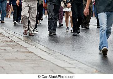 Un grupo de gente caminando juntos.