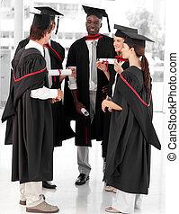 Un grupo de gente celebrando su graduación