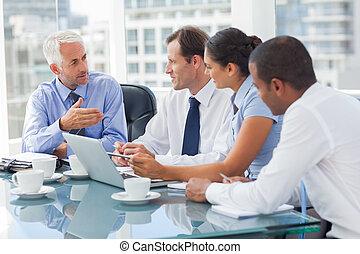 Un grupo de gente de negocios con ideas