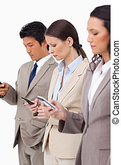 Un grupo de gente de negocios con sus celulares