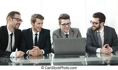 Un grupo de gente de negocios sentada en la oficina