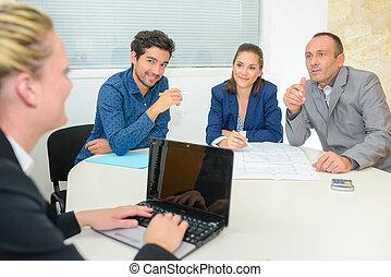 Un grupo de gente de negocios teniendo una reunión en la oficina