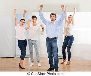 Un grupo de gente emocionada