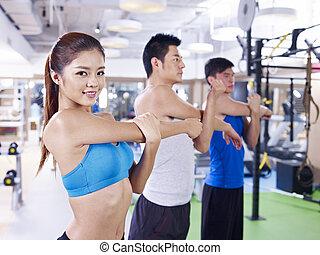 Un grupo de gente en clase de aeróbic