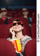Un grupo de gente en el cine