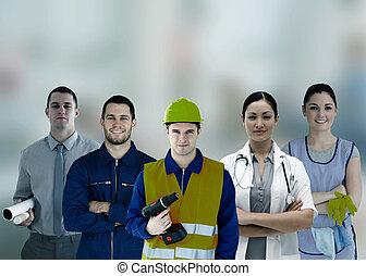 Un grupo de gente sonriente con diferentes trabajos