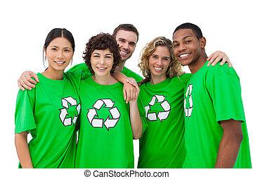 Un grupo de gente usando camisa verde con símbolo de reciclaje