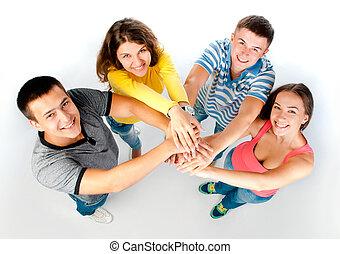 Un grupo de jóvenes con la mano