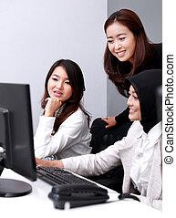Un grupo de mujeres de negocios felices en una reunión en la oficina