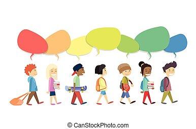Un grupo de niños caminando va con una colorida caja de chat de comunicación social aislada