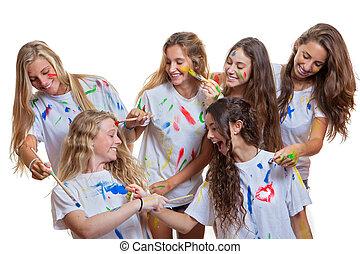 Un grupo de niños divirtiéndose con pintura desordenada