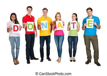 Un grupo de personas sosteniendo cartas donan