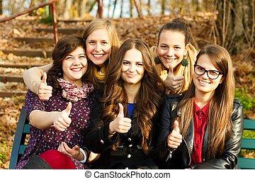 Un grupo feliz de estudiantes