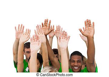 Un grupo sonriente de gente levantando armas