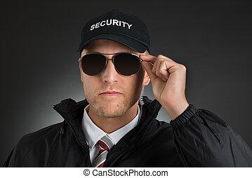 Un guardia de seguridad con gafas de sol